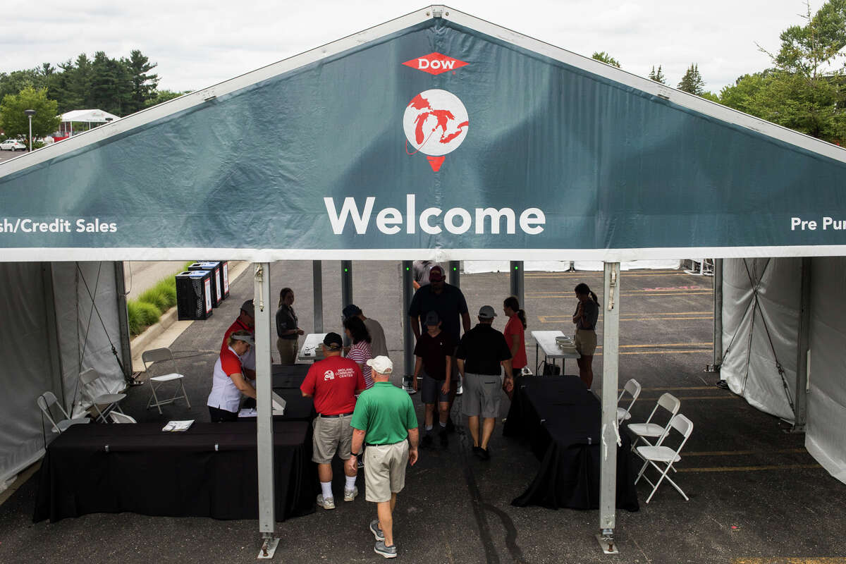 Volunteers and golf enthusiasts arrive at the Midland Country Club while LPGA players play a practice round Monday, July 12, 2021 ahead of the Dow Great Lakes Bay Invitational. (Katy Kildee/kkildee@mdn.net)