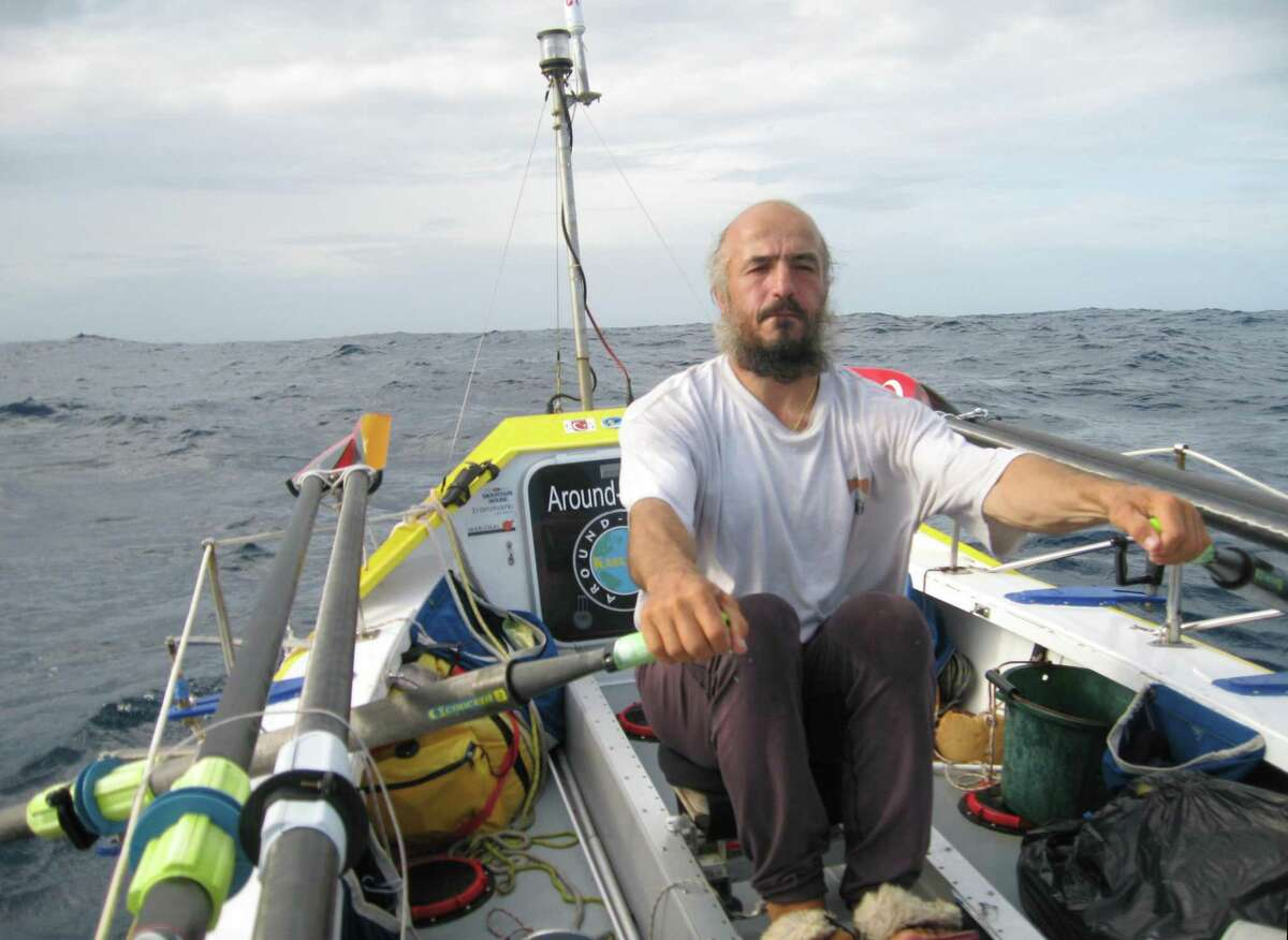Erden Eruç rowing across the Pacific solo during his circumnavigation of the globe in 2007.