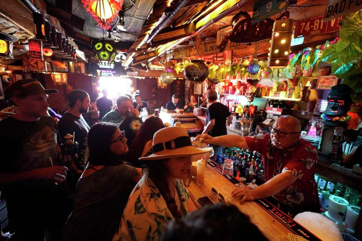 Fotografía de archivo del 7 de julio de 2021 de clientes tomando bebidas en el interior del bar Tiki-Ti luego de reabrir sus puertas en el Sunset Boulevard de Los Angeles.