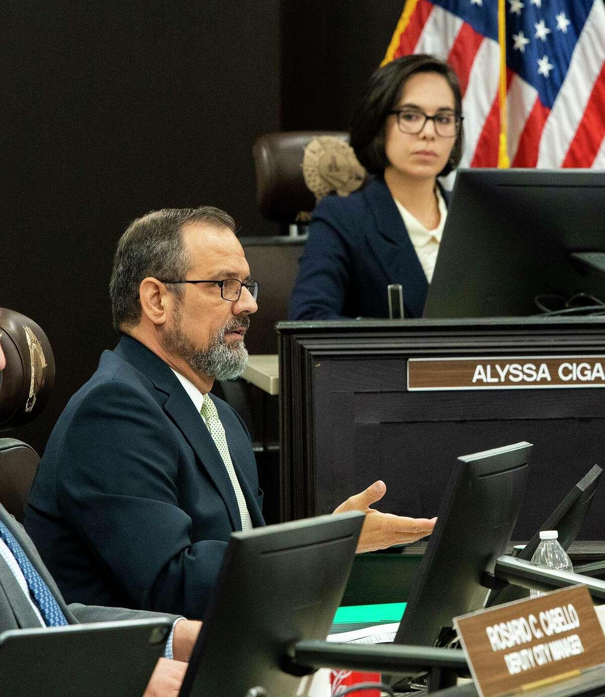 El administrador de la Ciudad de Laredo, Robert Eads, detalla las acciones que ha tomado desde que se emitió la alerta de hervir el agua, el lunes 12 de julio de 2021, durante una junta especial en el Ayuntamiento.
