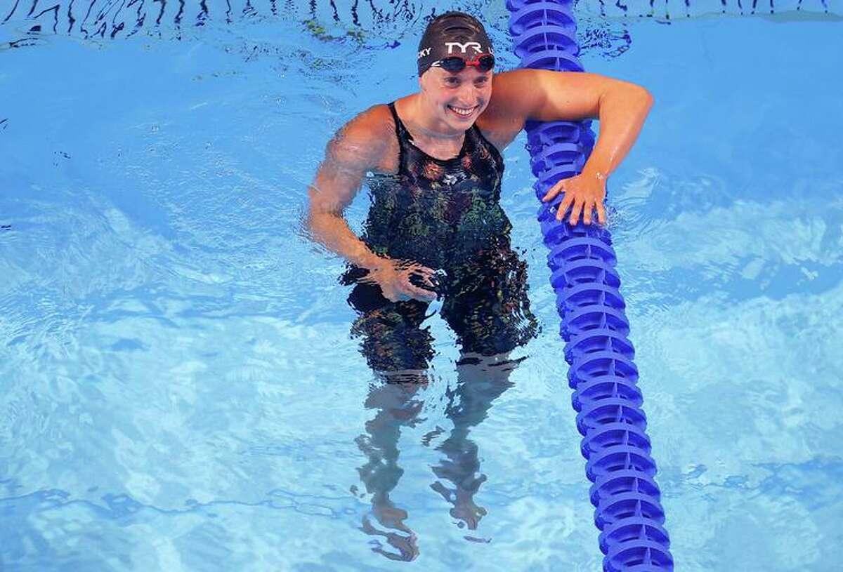 最近スタンフォード大学を卒業したKatie Ledeckyは、東京の米国の水泳チームの最大のスターです。