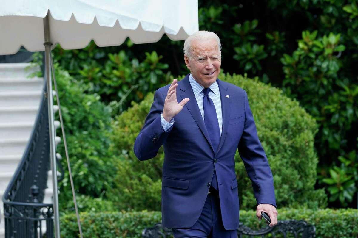 El presidente Joe Biden trata de escuchar preguntas de los reporteros mientras se dirige al helicóptero Marine One en los terrenos de la Casa Blanca, en Washington, el viernes 16 de julio de 2021.