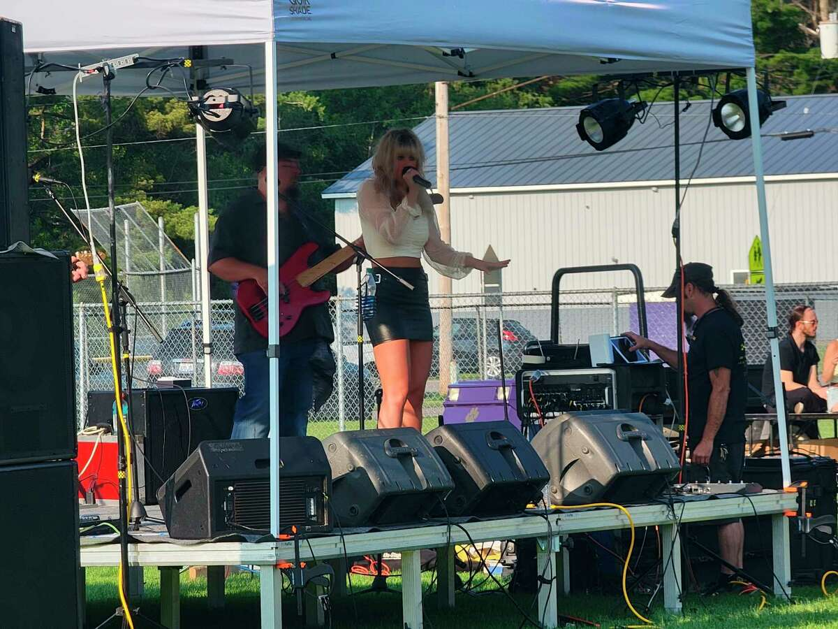 Kaylyn Pace entertains the crowd at Frankfort Music Fest with country rock. (Colin Merry/Record Patriot)