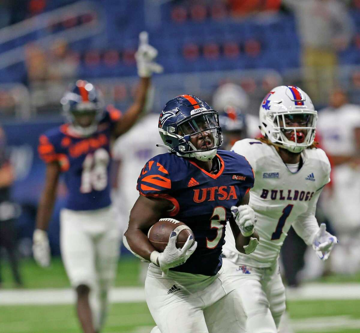 UTSA RB Sincere McCormick scores the winning touchdown on October 24, 2020 at the Alamodome.