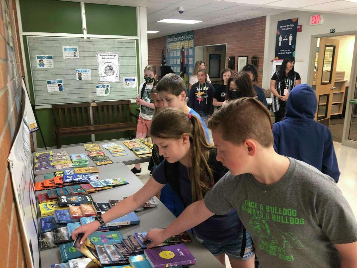 Dengan sumbangan $5.000 dari Midland Lions Club, Sekolah Umum Midland membeli banyak buku tingkat kelas untuk siswa sekolah musim panas sekolah dasar dan menengah. (Foto disediakan)