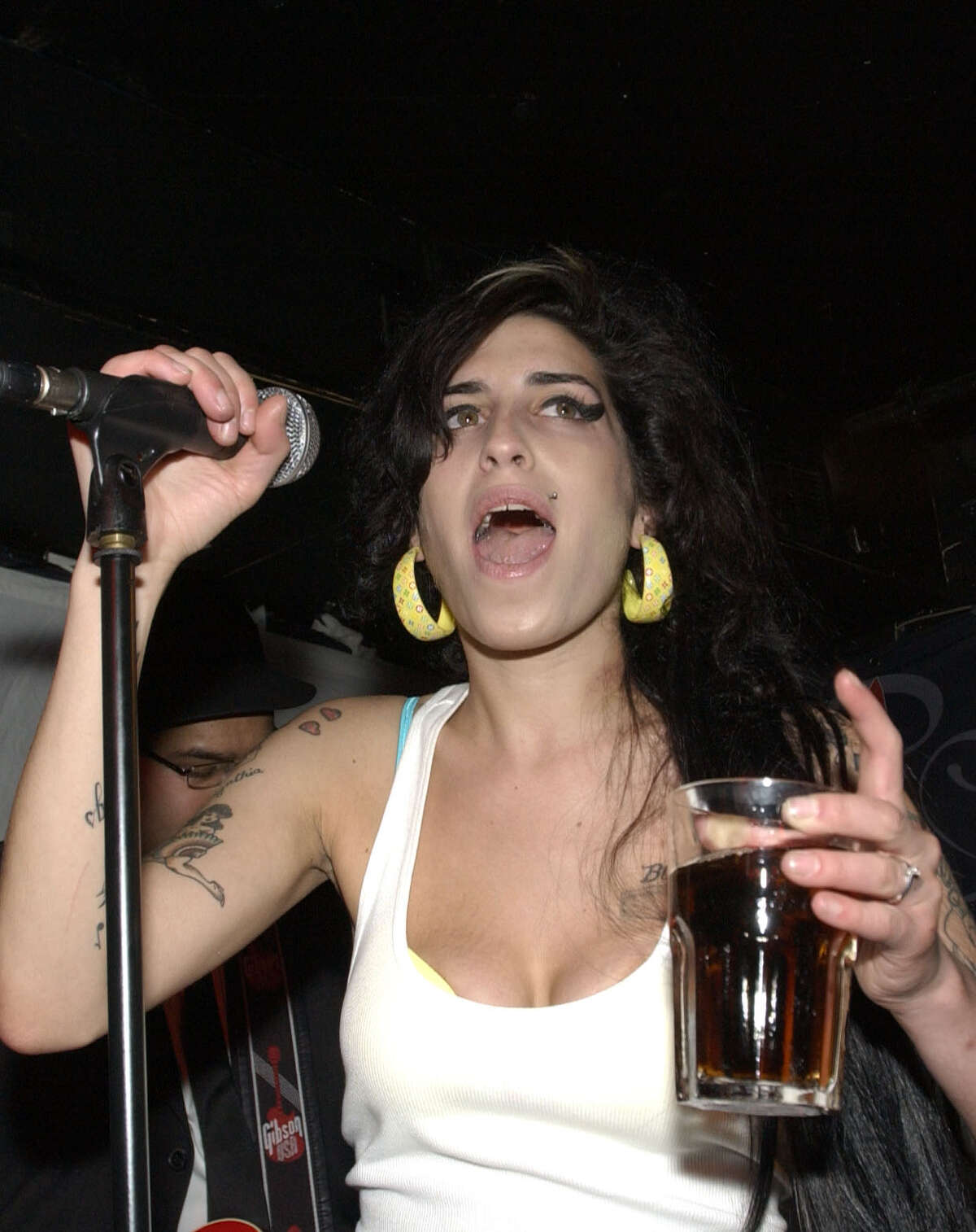 LONDRES - 19 DE ABRIL: Amy Winehouse actúa en directo en el Castillo de Dublín como parte de The Camden Crawl el 19 de abril de 2007 en Londres, Inglaterra.  (Foto de Samir Hussein / Getty Images)