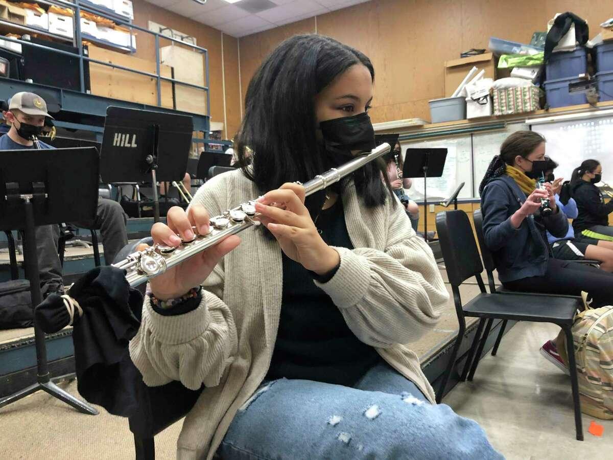 Fotografía de archivo del 2 de marzo de 2021 de una estudiante tocando la flauta mientras usa mascarilla durante una clase de música en la Escuela Intermedia Sinaloa en Novato, California.