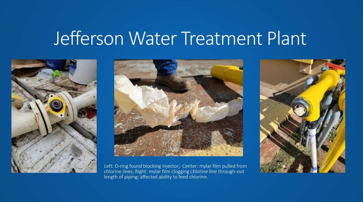 La fotografía muestra la película mylar de un tubo de PVC que congestionaba la tubería en la Planta de Tratamiento de Agua Jefferson.