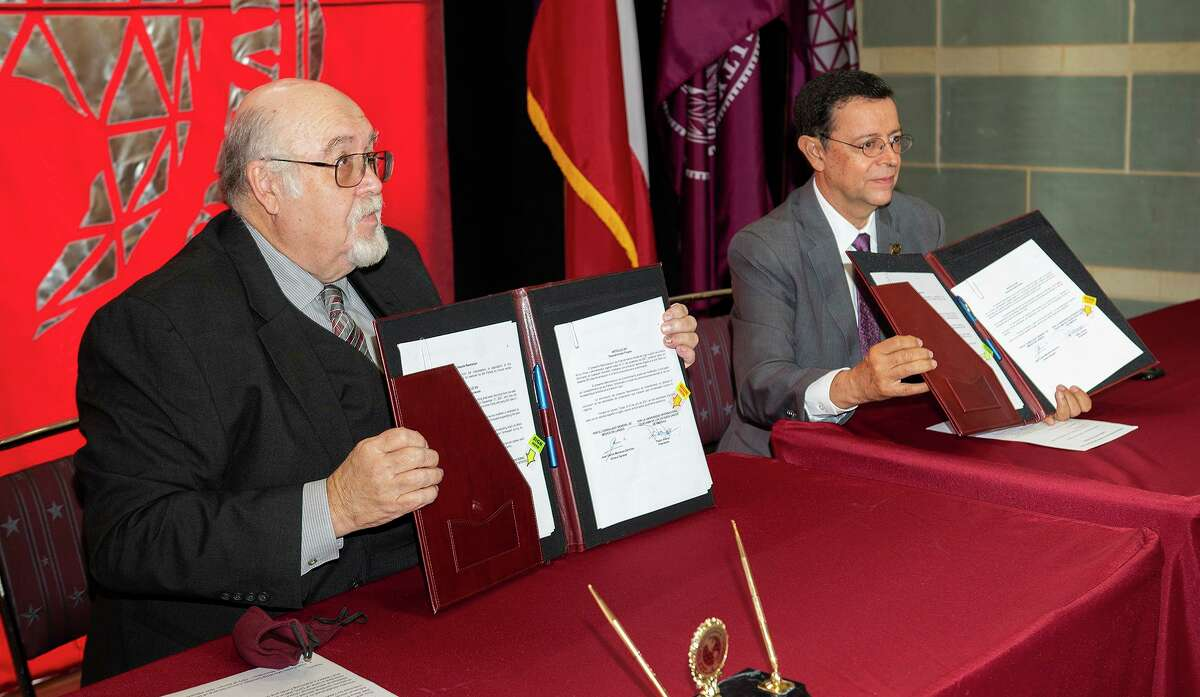 TAMIU President Pablo Arenaz and Consul General of Mexico Juan Carlos Mendoza Sanchez sign a memorandum of understanding on Tuesday, July 20, 2021 for the Institute of Mexicans in the IME-BECAS Program at TAMIU.