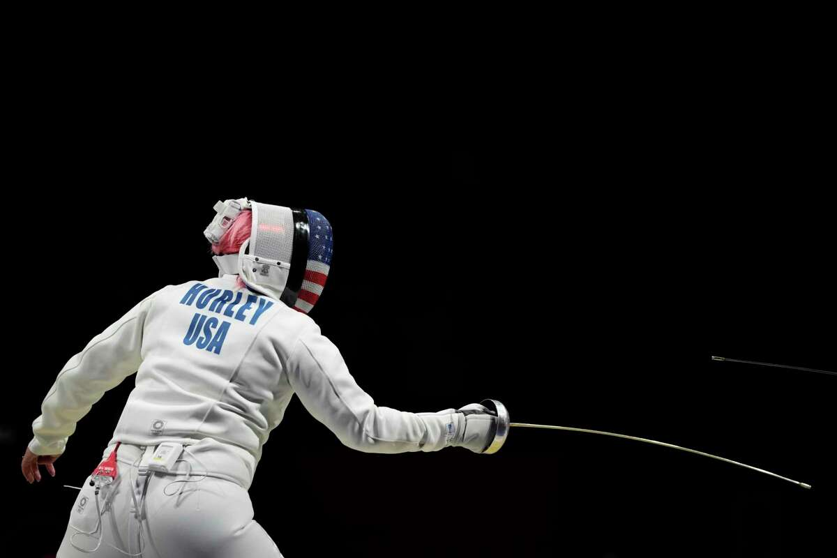 Zhu Mingye of China and Courtney Hurley in the epee round of 32.