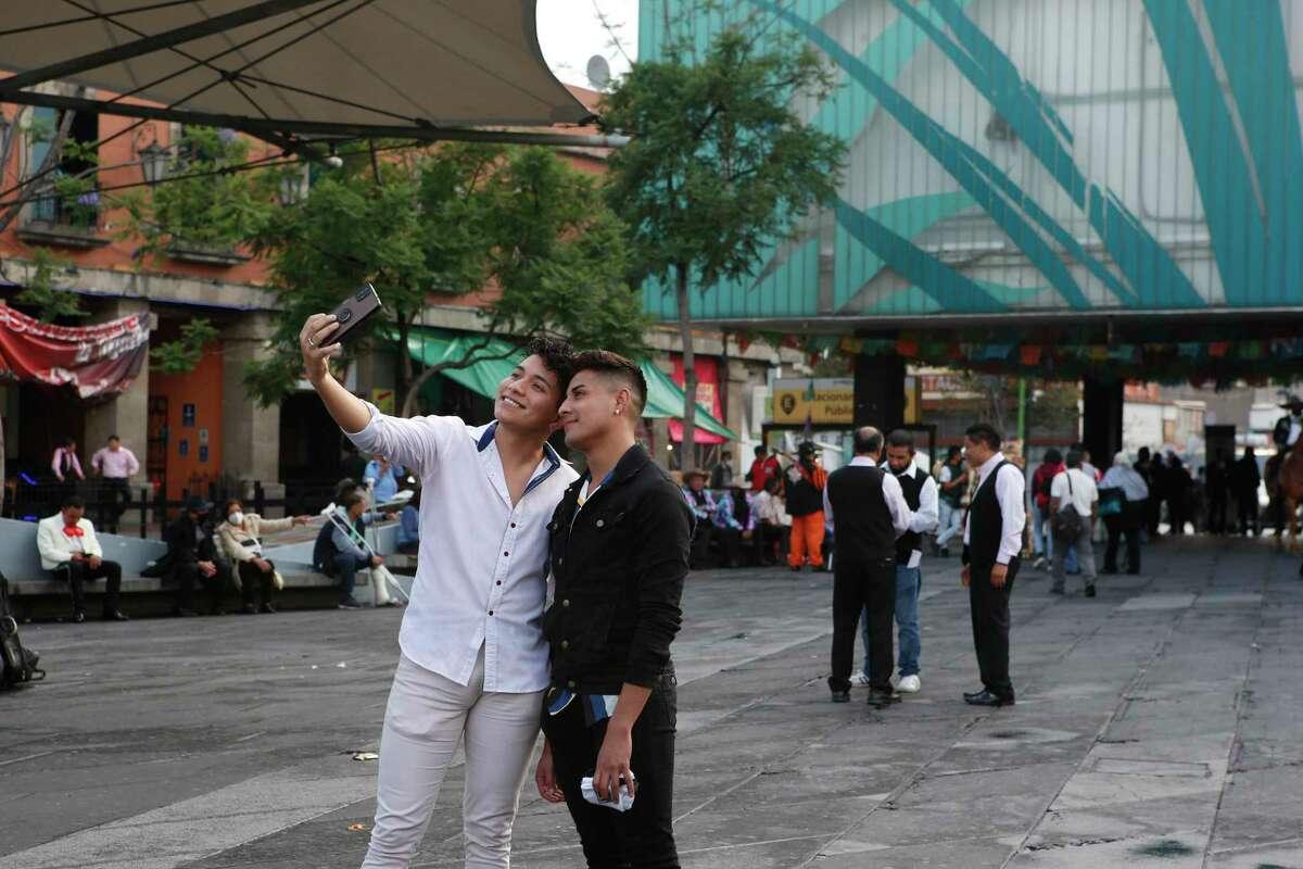 Dos jóvenes se toman una selfie el sábado 10 de julio de 2021 en la Plaza Garibaldi de la Ciudad de México.
