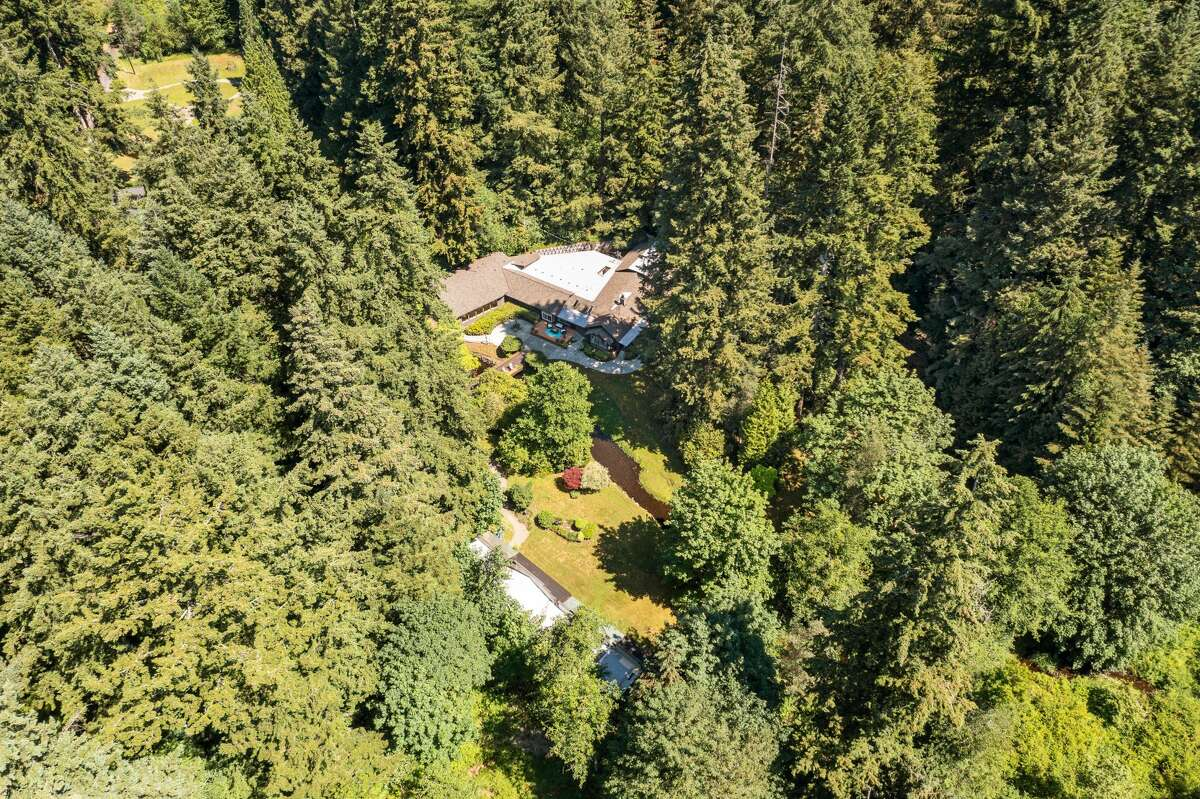 This drone's eye view helps us appreciate the incredible privacy of the setting, belying how close the property is to major cities and the airport.