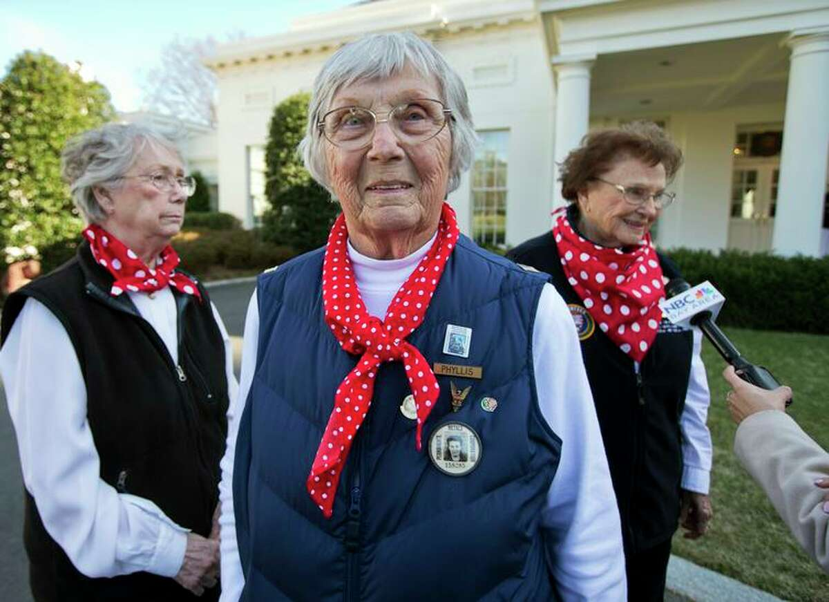 Phyllis Gould (center) walks on the White House grounds in 2014 with her sister Marian Sousa (left) and Agnes Moore.