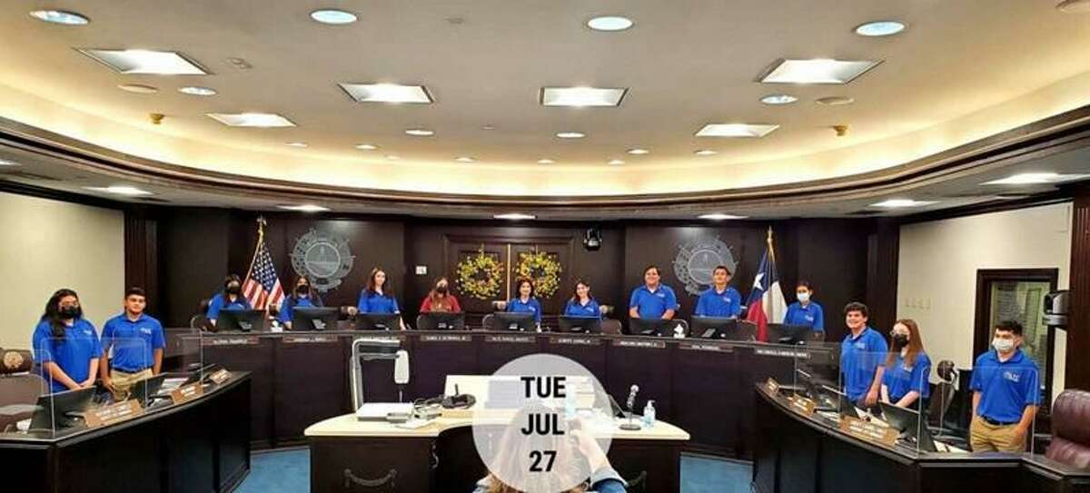 El Consejo Juvenil de Laredo en sus asientos asignados en las Cámaras del Consejo para su primera reunión