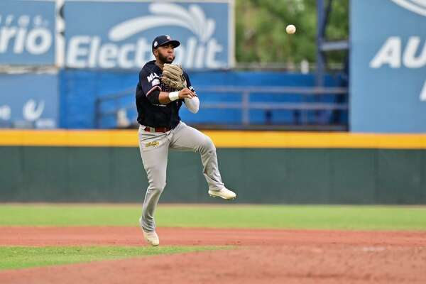 Tecos third baseman Alex Valdez