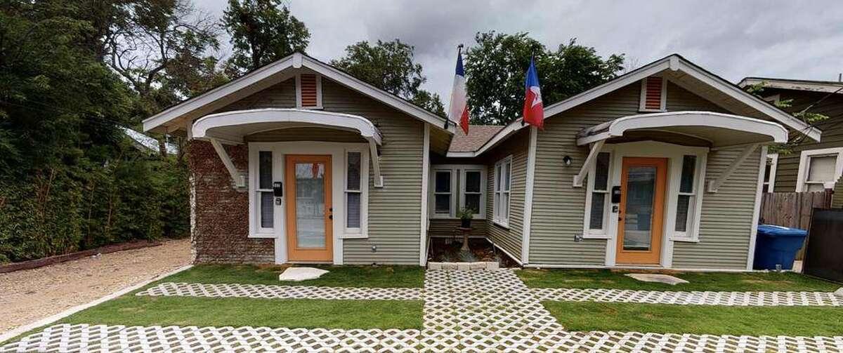 This two-bedroom rental isn't far from Brackenridge Park.