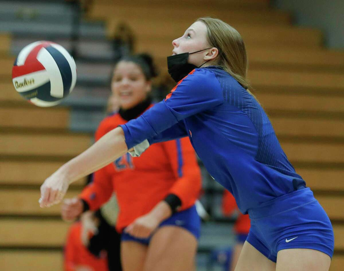 Grand Oaks libero Ava Terry (7) returns a serve during the second set of a District 13-6A high school volleyball match at Grand Oaks High School, Tuesday, Oct. 20, 2020, in Spring.
