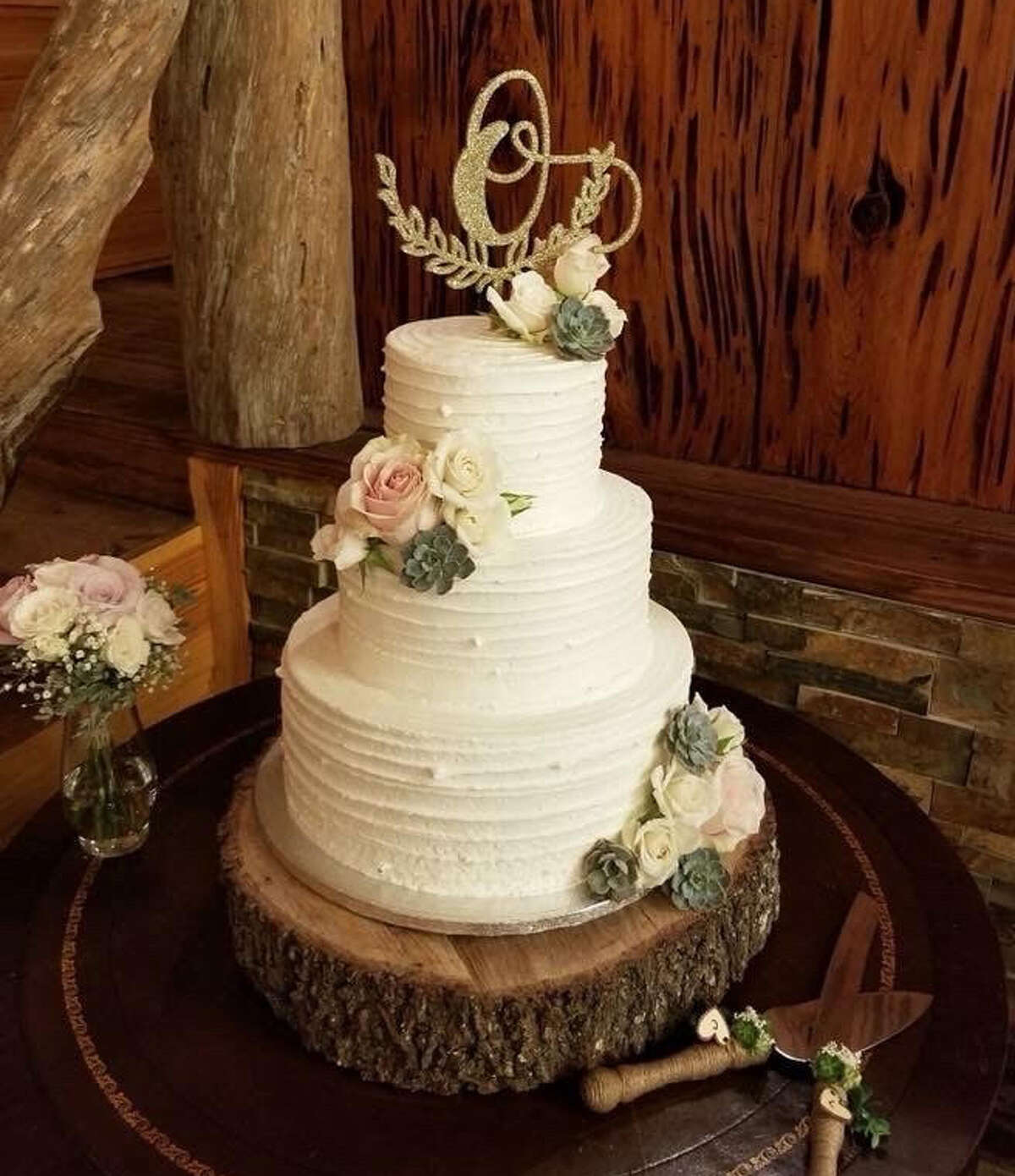"""Although the pictured cake isn't the same one from Laura Fragoso Hiller's wedding, one of her followers shared her Sam's Club wedding cake that looked """"almost exactly"""" like Hiller's."""