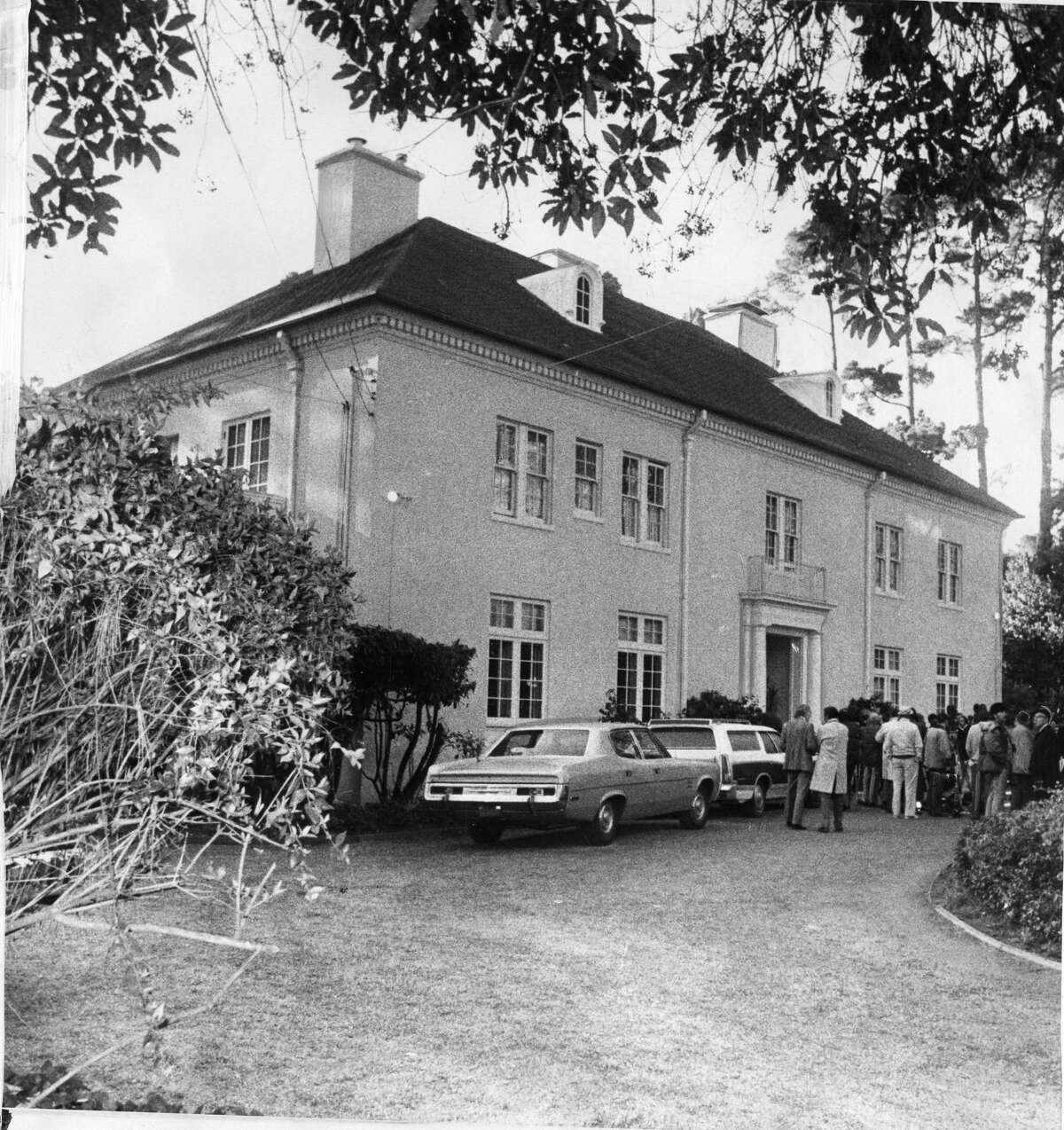 The mansion, surrounded by press, during the kidnapping in 1974.