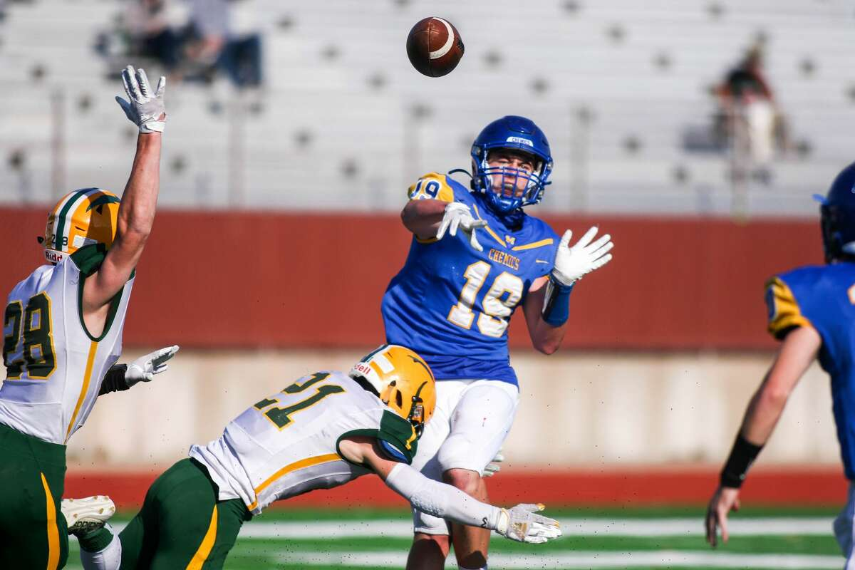 Midland High's Drew Barrie passes the ball to Al Money during a Nov. 7, 2020 district semifinal against Dow High.