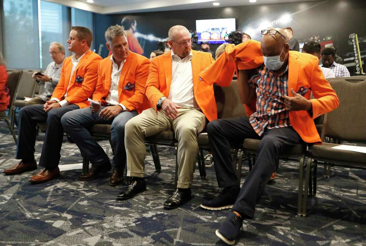Former Houston Astros pitcher Billy Wagner helps César Cedeño with his orange Hall of Fame jacket during a press conference for this year's inductees into the Astros Hall of Fame before the start of an MLB baseball game at Minute Maid Park, Saturday, August 7, 2021, in Houston.