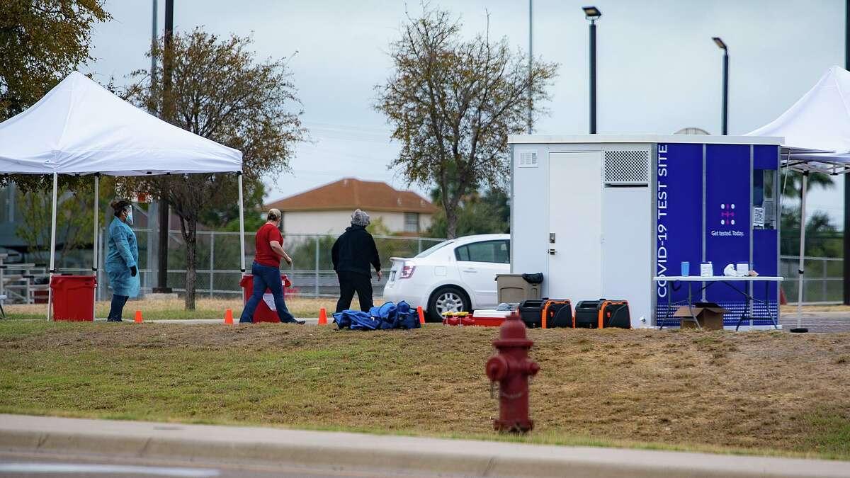 Residentes de Laredo esperan su turno en el quiosco de pruebas COVID-19 el viernes 13 de noviembre de 2020, en Independence Hills Park.
