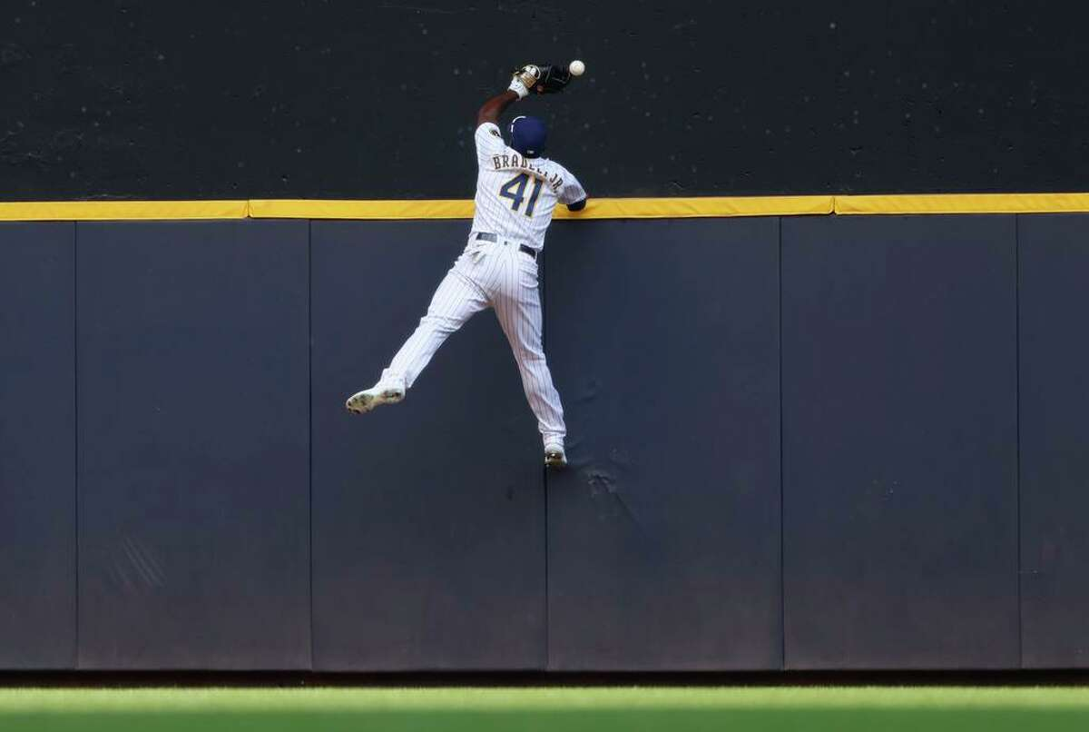 Brewers center fielder Jackie Bradley Jr. can't catch a two-run home run by Giants pinch-hitter Brandon Belt in the seventh.