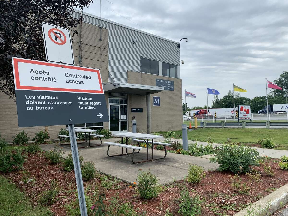 A view of the customs office at the St-Bernard-de-Lacolle port of entry into Canada. (Rebekah F. Ward/Times Union)