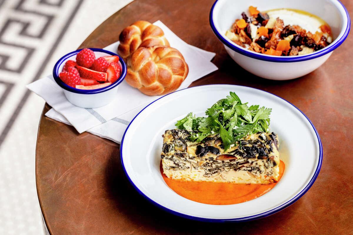 Η Souvla στο Σαν Φρανσίσκο συνεργάζεται με την Delta για φαγητό στο σκάφος.  Ένα πιάτο με ψημένα αυγά από μια σουβλά εμφανίζεται στη μέση.