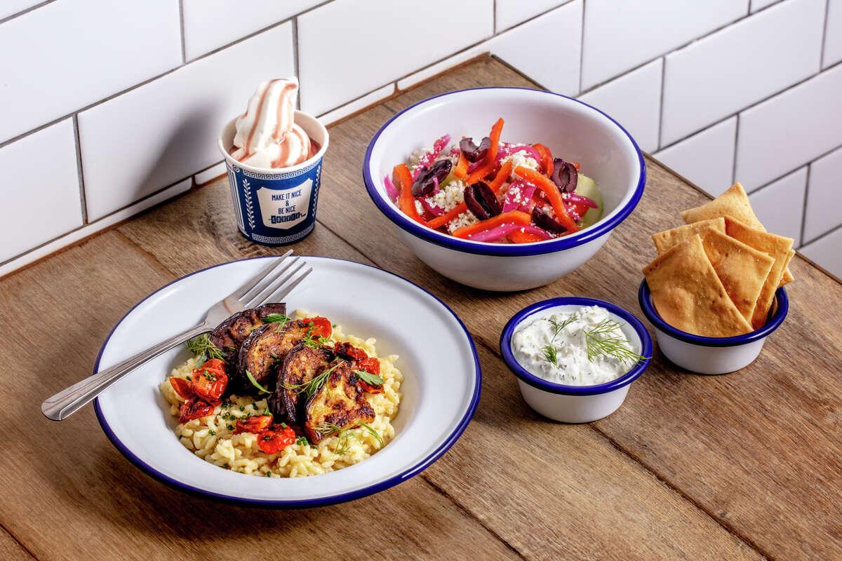 Η Souvla στο Σαν Φρανσίσκο συνεργάζεται με τη Delta για φαγητό στο σκάφος.  Εμφανίζεται ένα πιάτο φέτα ζυμαρικών, κάτω αριστερά.