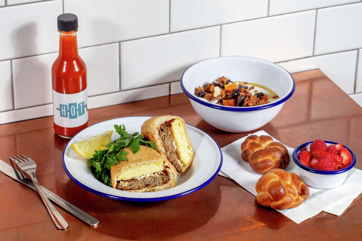 Η Souvla στο Σαν Φρανσίσκο συνεργάζεται με τη Delta για φαγητό στο σκάφος.  Το σάντουιτς πρωινού εμφανίζεται στα αριστερά.