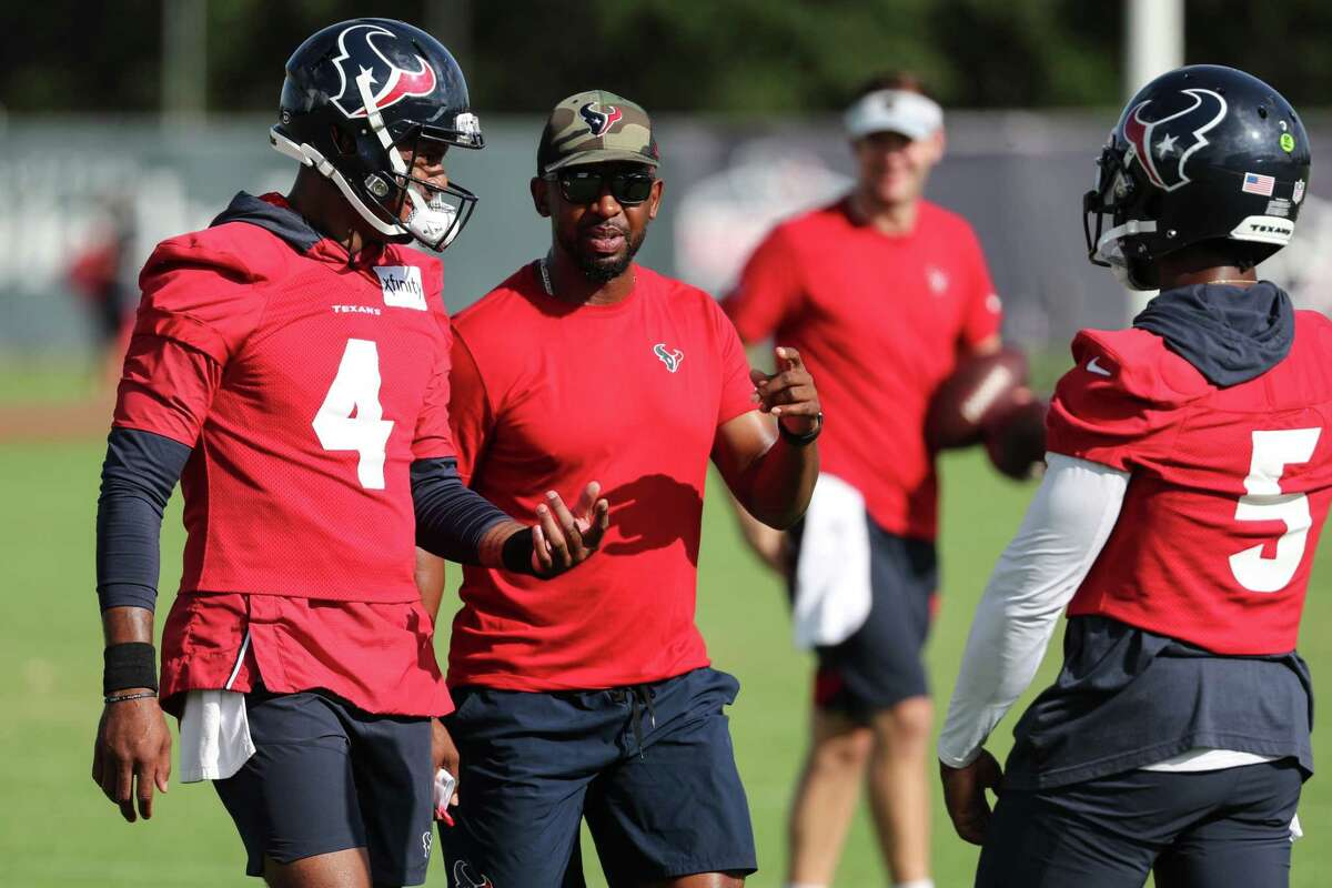 Texans quarterbacks coach Pep Hamilton, center, talks to quarterbacks Deshaun Watson (4) and Tyrod Taylor during practice Wednesday.