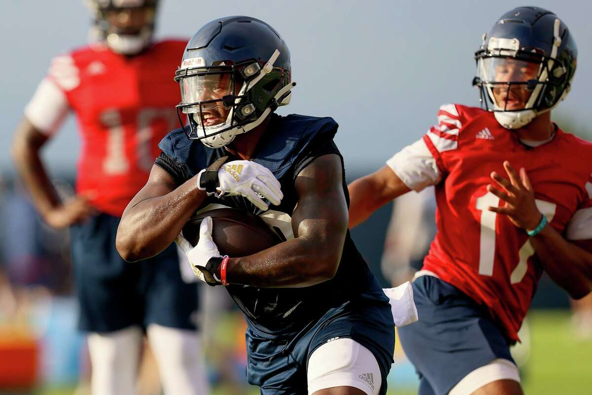 UTSA running back Sincere McCormick turns upfield after receiving a handoff from quarterback Frank Harris during their first football practice of fall camp at the practice fields of the RACE facility on campus on Friday, Aug. 6, 2021.