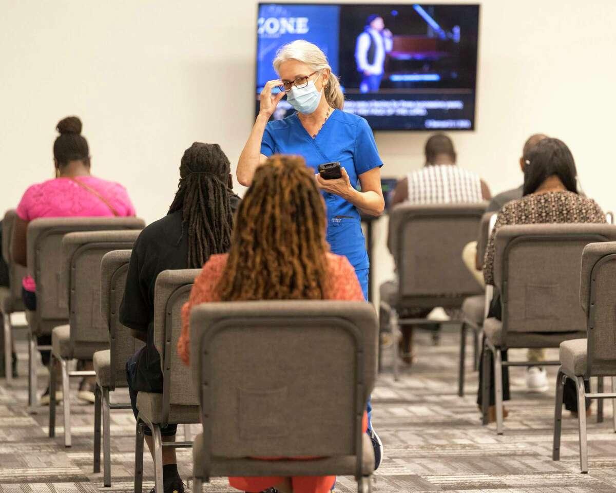 En esta foto distribuida por Impact Church, gente aguarda recibir la vacuna contra el COVID-19 en un evento organizado por esta iglesia en Jacksonville, Florida, 8 de agosto de 2021. Siete feligreses de esta iglesia han muerto de COVID-19 , según el pastor George Davis.