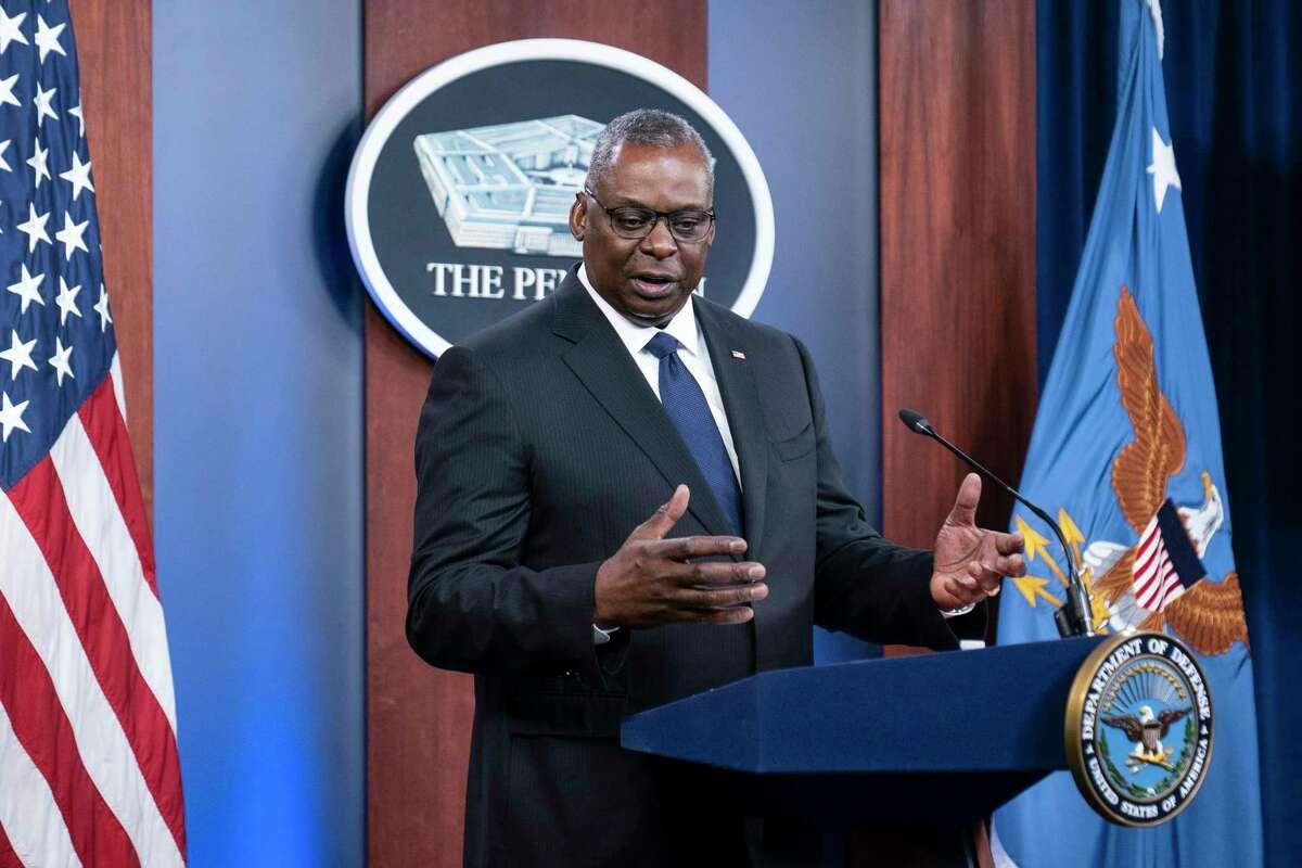 El secretario de Defensa Lloyd Austin habla con la prensa en el Pentágono el miércoles 18 de agosto de 2021, en Washington.