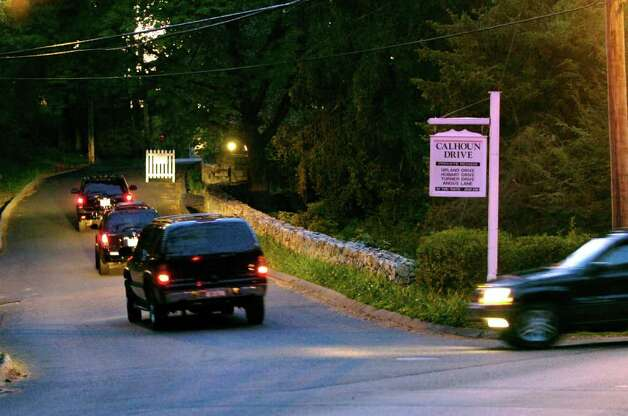 2007: President Bill Clinton's motorcade turns off Glenville Road onto Calhoun Drive in Greenwich where the former president attended a fundraiser for his wife's presidential campaign at the Robbins residence. Photo: File Photo / Stamford Advocate File Photo