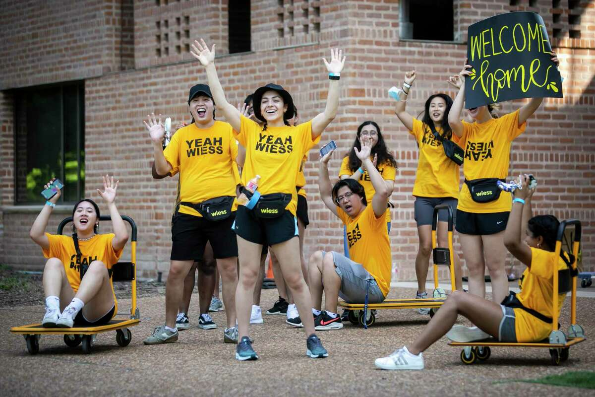 Rice University students cheer on freshmen and their families during move-in at Rice University Sunday, Aug. 15, 2021.