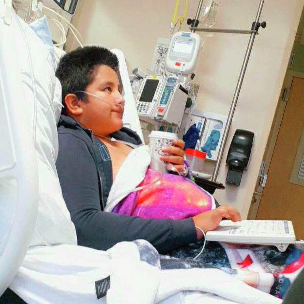 Fotografía de 2021 facilitada por Yessica González en la que aparece su hijo, Francisco Rosales, de 9 años, en el Centro Médico Infantil de Dallas, Texas. Francisco fue ingresado con COVID-19. Se suponía que un día antes debía comenzar sus clases de cuarto grado de primaria.