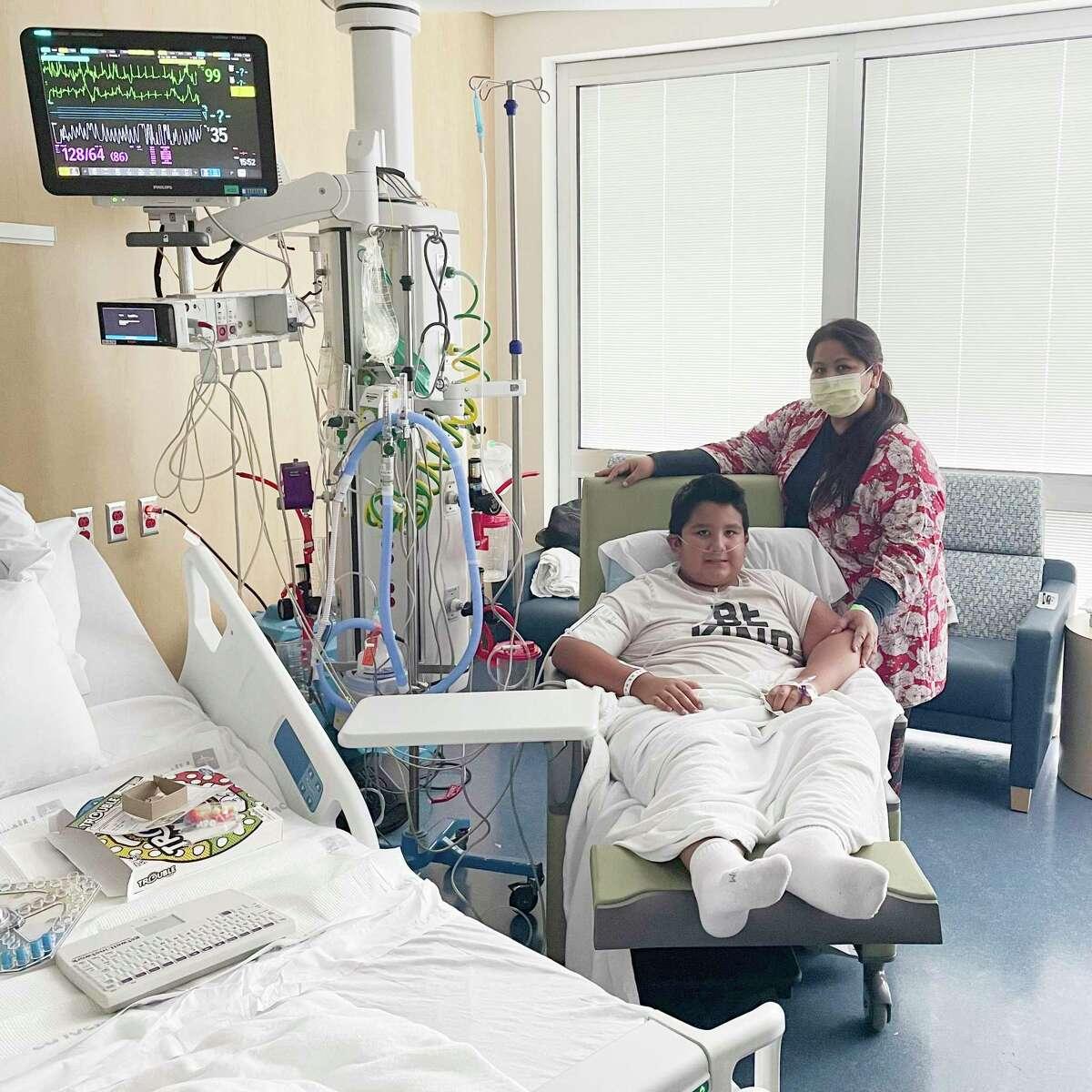 Francisco Rosales, de 9 años, y su madre, Yessica González, en la unidad de cuidados intensivos en Children's Medical Center in Dallas, Texas.