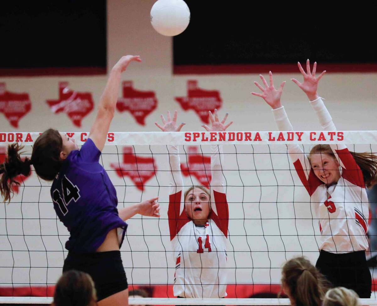Splendora's Abigail Moran (14) and Jalynn Knight (5) pressure a shot by Willis' Carly Paugh (14) in the first set during a non-district high school volleyball match at Splendora High School, Friday, Aug. 20, 2021, in Splendora.