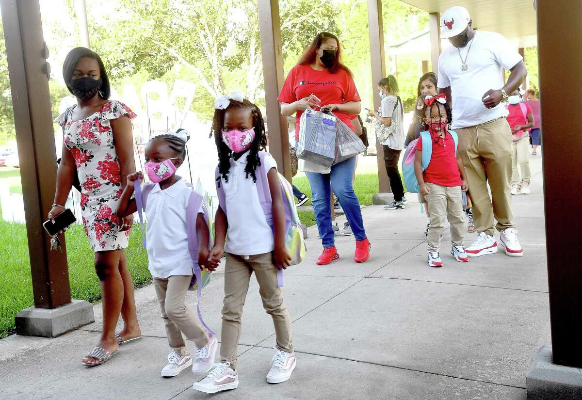Families arrive on the first day of school at Homer Drive Elementary. Photo made Tuesday, August 17, 2021 Kim Brent/The Enterprise