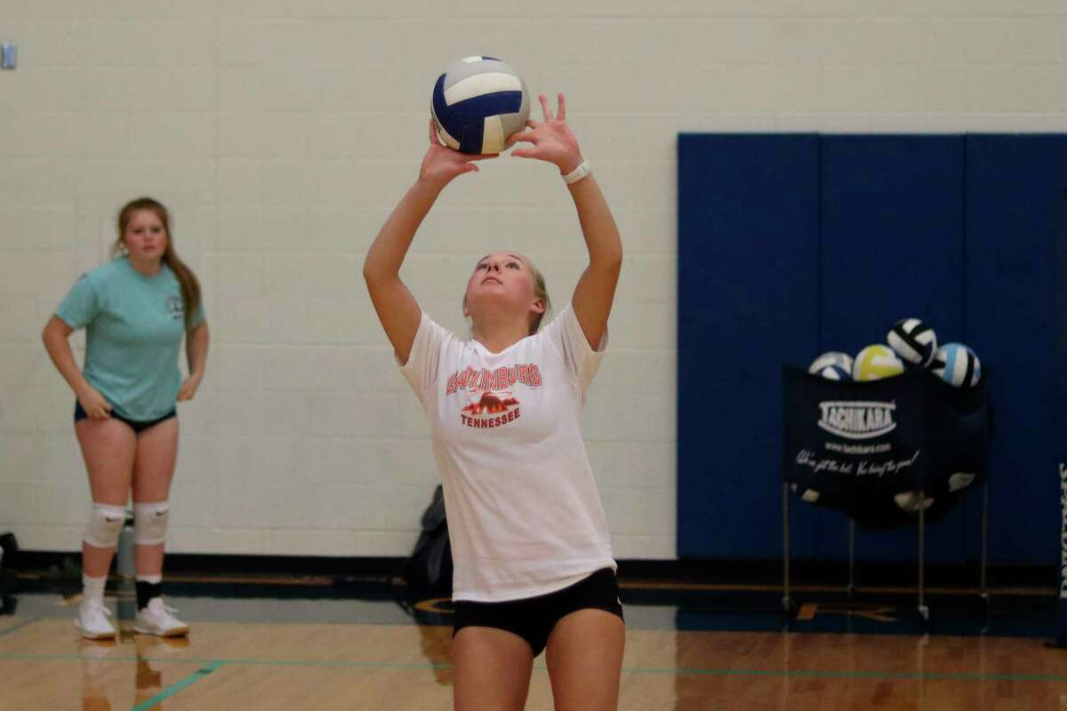 Madison Gutowski makes a set during practice drills on Aug. 23. (Robert Myers/News Advocate)