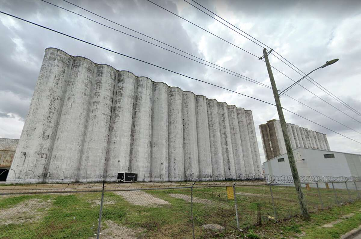 The Shadowdale grain elevators are finally being demolished.