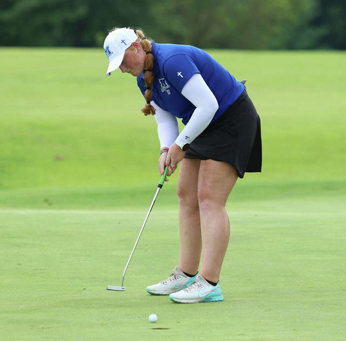 Marquette's Gracie Piar makes a short putt for birdie on hole No. 10 to start her school-record setting round of 6-under par 66 on Saturday at the Blast Off Tourney at Olin.