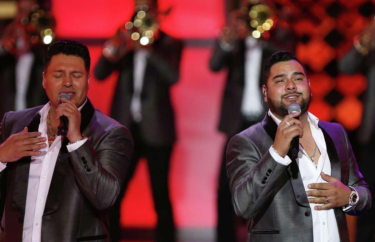 GRAND PRAIRY, TX - 7 DE NOVIEMBRE: Cantantes mexicanos de MS Panda MS Sergio Lizaraga (izquierda) y Alan Manuel Ramirez Salcedo actúan en el escenario durante los Premios de la Radio 2019 en el Verizon Theatre el 7 de noviembre de 2019 en Grand Prairie, Texas.  (Foto de Omar Vega / Getty Images)