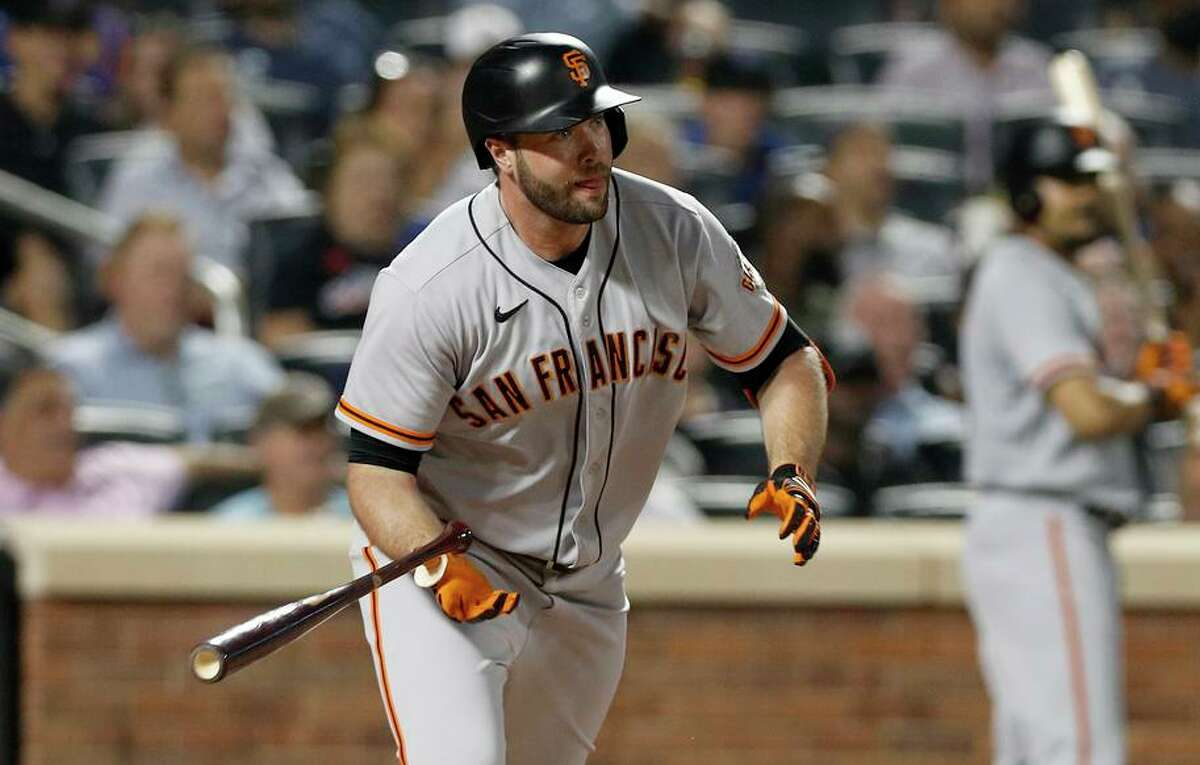 The Giants' Darin Ruf delivers a pinch-hit single in the eight inning, giving San Francisco a 3-2 lead against the Mets.