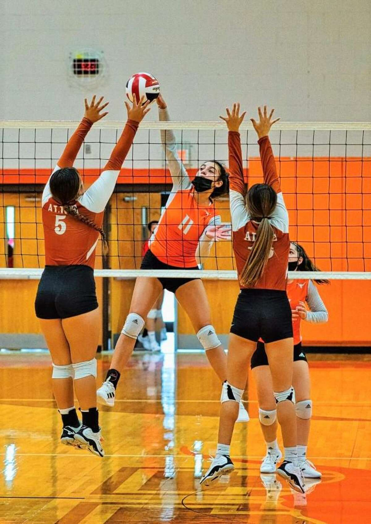Mia Molina and United went 3-0 to advance to the gold bracket at the Lady Longhorn Fest touranment.