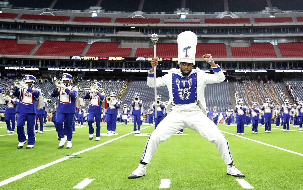 Un tambor major amb l'aristòcrata de bandes de la Universitat Estatal de Tennessee actua durant la batalla nacional de bandes a l'estadi NRG, el diumenge 29 d'agost de 2021 a Houston.  L'esdeveniment va ser creat per ser el millor tret de sortida del país a la temporada de bandes de desfilades de tardor, presentant noves actuacions de les principals bandes de música del país.