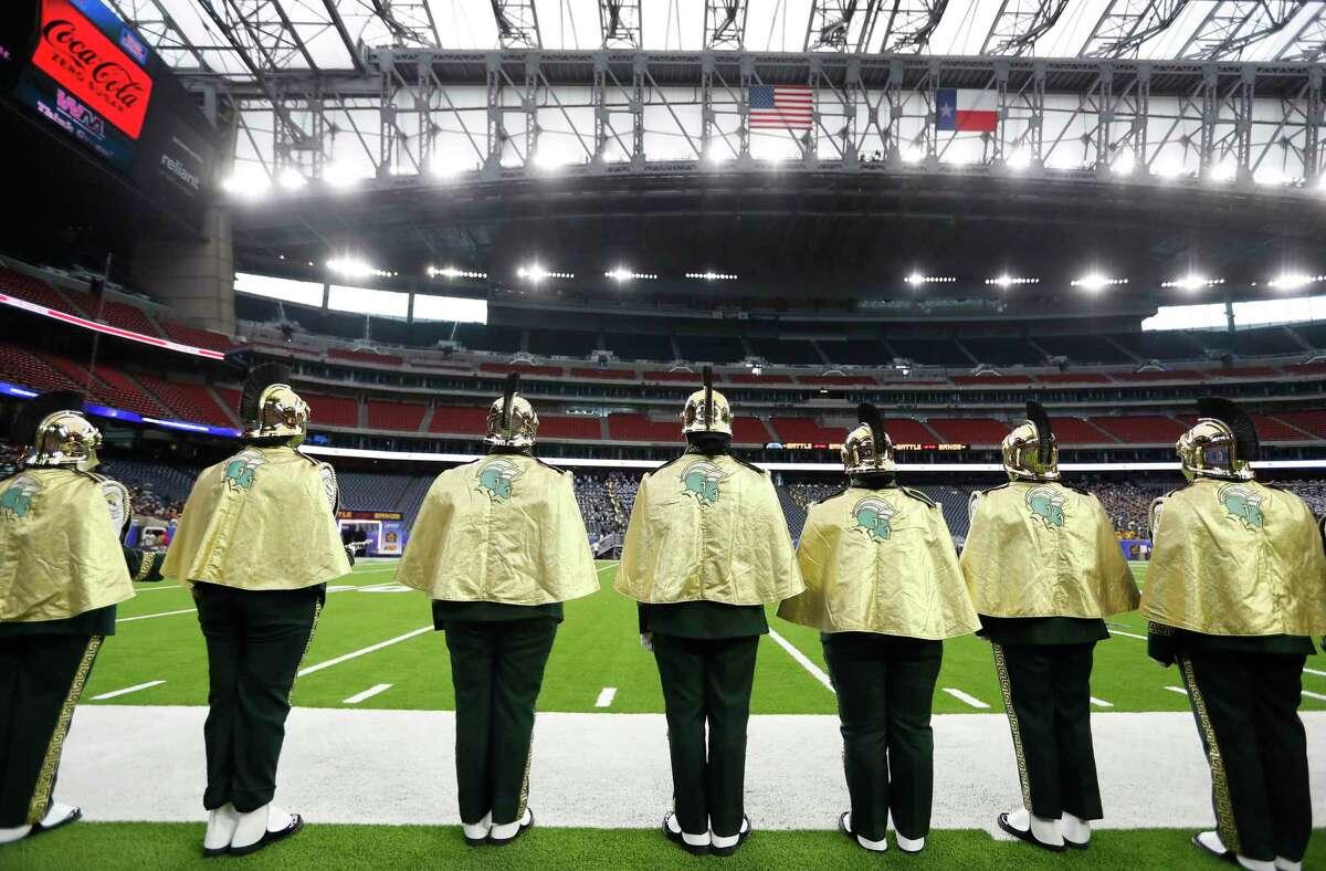 """Membres de The Spartan de la Norfolk State University """"Legió"""" Marching Band actua durant la batalla nacional de les bandes a l'estadi NRG, el diumenge 29 d'agost de 2021 a Houston.  L'esdeveniment va ser creat per ser el millor tret de sortida del país a la temporada de bandes de desfilades de tardor, presentant noves actuacions de les principals bandes de música del país."""