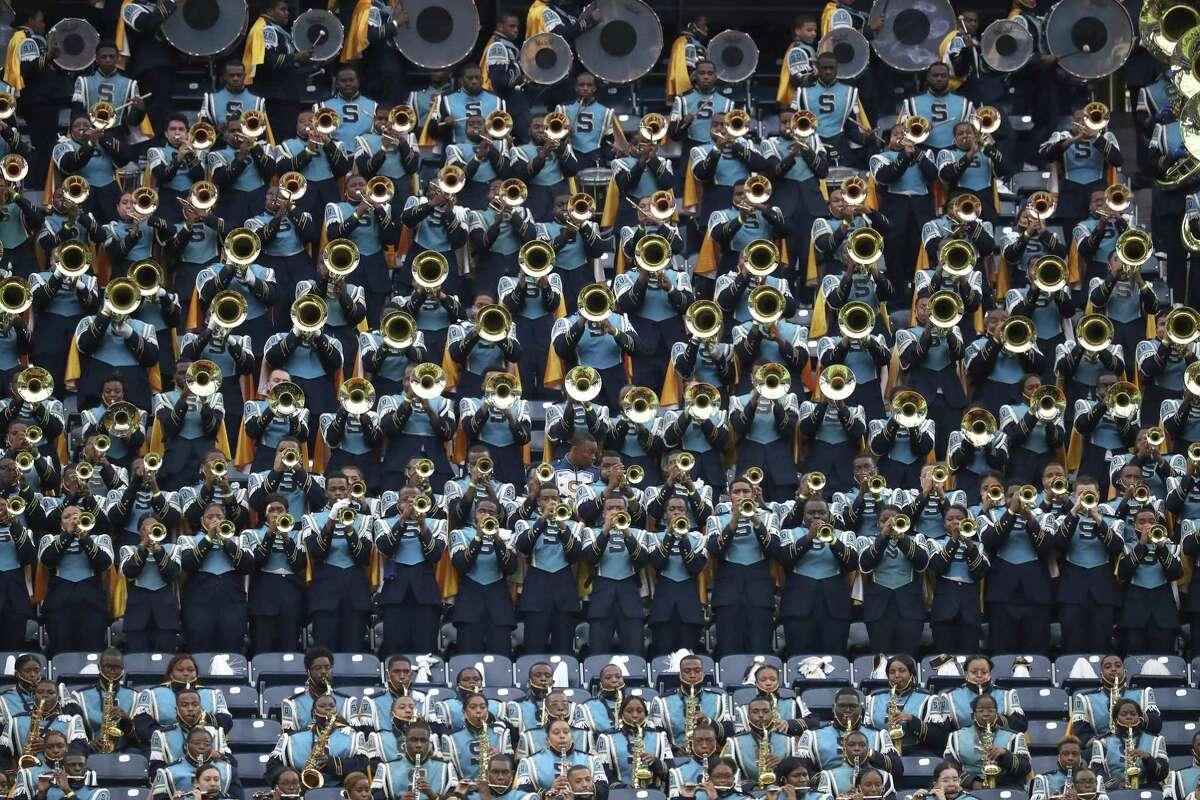 Membres de la banda Human Jukebox Marching de la Southern University actuen durant la batalla nacional de les bandes a l'estadi NRG, el diumenge 29 d'agost de 2021 a Houston.  L'esdeveniment va ser creat per ser el millor tret de sortida del país a la temporada de bandes de desfilades de tardor, presentant noves actuacions de les principals bandes de música del país.